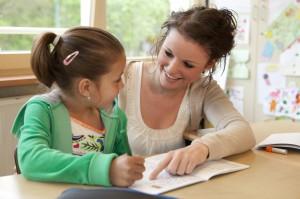 En lärare som hjälper en elev