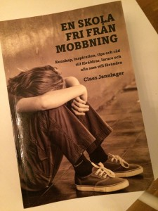 En bild på omslaget av Claes Jenningers bok En Skola fri från mobbning